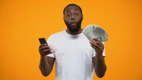 Συγκινημένα αφροαμερικανός smartphone εκμετάλλευσης ατόμων και δολάρια, σε απευθείας σύνδεση μεταφορά χρημάτων απόθεμα βίντεο