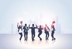 Συγκινημένα χέρια λαβής ομάδας επιχειρηματιών τα σκιαγραφία αύξησαν επάνω τα όπλα, επιτυχία νικητών έννοιας Businesspeople Στοκ εικόνες με δικαίωμα ελεύθερης χρήσης