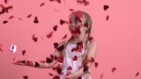 Συγκινημένη απόλαυση κοριτσιών πεσμένος από καρδιά-διαμορφωμένο το ουρανός κομφετί, εορτασμός φεστιβάλ φιλμ μικρού μήκους