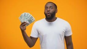 Συγκινημένη αφροαμερικανίδα δέσμη εκμετάλλευσης ατόμων του δολαρίου, ή του ξεκινήματος απόθεμα βίντεο