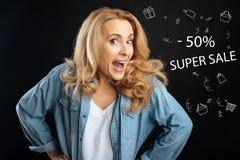 Συγκινημένη γυναίκα που αισθάνεται ευτυχής οι πηγαίνοντας αγορές σε τιμές έκπτωσης Στοκ εικόνα με δικαίωμα ελεύθερης χρήσης