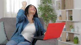 Συγκινημένη γυναίκα που βρίσκει το καταπληκτικό περιεχόμενο στο lap-top φιλμ μικρού μήκους