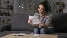Συγκινημένη γυναίκα που διαβάζει τις καλές ειδήσεις στην επιστολή απόθεμα βίντεο