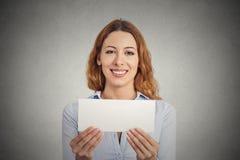 Συγκινημένη γυναίκα που παρουσιάζει κενό κενό σημάδι καρτών εγγράφου με το διάστημα αντιγράφων Στοκ φωτογραφία με δικαίωμα ελεύθερης χρήσης