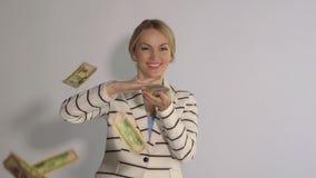 Συγκινημένη επιτυχής γυναίκα που ρίχνει τα χρήματα η ανασκόπηση απομόνωσε το λευκό φιλμ μικρού μήκους