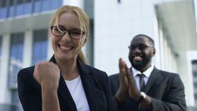 Συγκινημένη επιχειρηματίας που γιορτάζει το επιτυχές ξεκίνημα, την προσωπική και αύξηση σταδιοδρομίας φιλμ μικρού μήκους