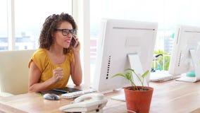 Συγκινημένη επιχειρηματίας που μιλά στο τηλέφωνο απόθεμα βίντεο