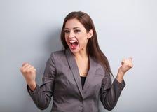 Συγκινημένη επιχειρησιακή γυναίκα νικητών με το ανοιγμένο στόμα Νεολαίες που κάθονται ευτυχείς Στοκ Εικόνα