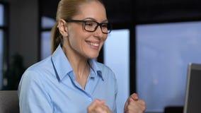Συγκινημένη επιχειρησιακή κυρία που παρουσιάζει ναι ηλεκτρονικό ταχυδρομείο ανάγνωσης χειρονομίας στο lap-top, επιτυχία φιλμ μικρού μήκους
