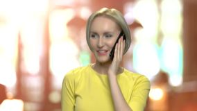 Συγκινημένη μέσης ηλικίας γυναίκα που μιλά στο τηλέφωνο κυττάρων φιλμ μικρού μήκους