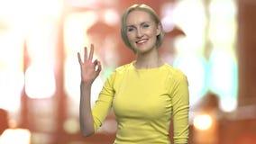 Συγκινημένη μέσης ηλικίας γυναίκα που παρουσιάζει ΕΝΤΑΞΕΙ σημάδι απόθεμα βίντεο