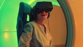Συγκινημένη νέα γυναίκα που απολαμβάνει την έλξη εικονικής πραγματικότητας απόθεμα βίντεο