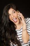 Συγκινημένη όμορφη γυναίκα brunette που μιλά στο τηλέφωνο κυττάρων της Στοκ εικόνα με δικαίωμα ελεύθερης χρήσης