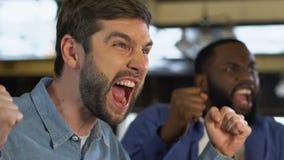 Συγκινημένοι αρσενικοί φίλοι που δίνουν υψηλά πέντε, γιορτάζοντας τον αγαπημένο στόχο αθλητικών ομάδων απόθεμα βίντεο