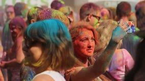 Συγκινημένοι νέοι που στηρίζονται, που έχουν τη διασκέδαση και που παίρνουν selfie μαζί στο φεστιβάλ Holi απόθεμα βίντεο