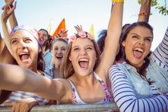 Συγκινημένοι νέοι που τραγουδούν εμπρός Στοκ Φωτογραφίες