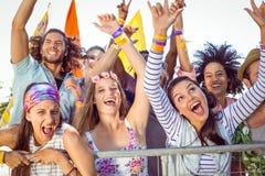 Συγκινημένοι νέοι που τραγουδούν εμπρός Στοκ εικόνα με δικαίωμα ελεύθερης χρήσης