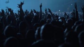 Συγκινημένοι νέοι που χορεύουν στη συναυλία φιλμ μικρού μήκους