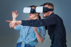 Συγκινημένοι νεαρός άνδρας και γυναίκα που έχουν τη διασκέδαση με τα γυαλιά ενός VR Στοκ εικόνα με δικαίωμα ελεύθερης χρήσης