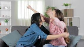 Συγκινημένοι φίλοι που γιορτάζουν τις καλές ειδήσεις στο σπίτι απόθεμα βίντεο