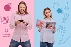 Συγκινημένος άνδρας που παίζουν τα τηλεοπτικά παιχνίδια και μια ήρεμη γυναίκα που διαβάζει ένα περιοδικό ελεύθερη απεικόνιση δικαιώματος