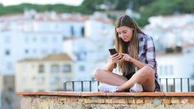 Συγκινημένος έφηβος που βρίσκει το σε απευθείας σύνδεση περιεχόμενο σε ένα τηλέφωνο απόθεμα βίντεο