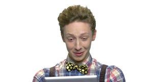 Συγκινημένος έφηβος που εξετάζει το smartphone φιλμ μικρού μήκους