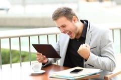 Συγκινημένος ανώτερος υπάλληλος που λαμβάνει τις καλές ειδήσεις σε απευθείας σύνδεση Στοκ φωτογραφία με δικαίωμα ελεύθερης χρήσης