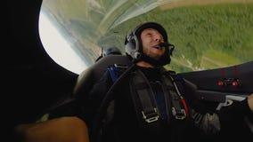 Συγκινημένος επιβάτης του τεχνάσματος βρόχων γέλιου αθλητικών αεροπλάνων, αξέχαστες συγκινήσεις φιλμ μικρού μήκους
