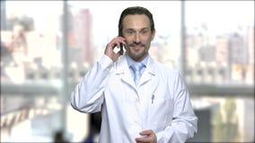 Συγκινημένος επιστήμονας που μιλά στο τηλέφωνο κυττάρων φιλμ μικρού μήκους