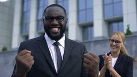 Συγκινημένος επιχειρηματίας που γιορτάζει το επιτυχές ξεκίνημα, την προσωπική και αύξηση σταδιοδρομίας απόθεμα βίντεο