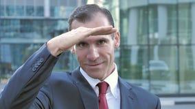 Συγκινημένος επιχειρηματίας που ψάχνει την ευκαιρία, έρευνα απόθεμα βίντεο