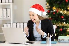 Συγκινημένος εργαζόμενος γραφείων που λαμβάνει τις καλές ειδήσεις στα Χριστούγεννα στοκ εικόνες