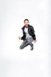 Συγκινημένος ελκυστικός νεαρός άνδρας που κραυγάζει και που πηδά Στοκ Εικόνες