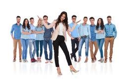 Συγκινημένος ηγέτης επιχειρηματιών που παρουσιάζει την ομάδα της που στέκεται behin Στοκ Φωτογραφία