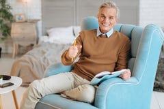 Συγκινημένος ηλικιωμένος κύριος που και που χαμογελά ευρέως στοκ φωτογραφίες με δικαίωμα ελεύθερης χρήσης