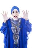 Συγκινημένος θηλυκός μουσουλμάνος στο μπλε φόρεμα - που απομονώνεται Στοκ Εικόνες