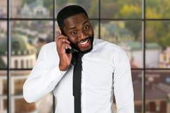 Συγκινημένος μαύρος επιχειρηματίας με το κινητό τηλέφωνο Στοκ φωτογραφία με δικαίωμα ελεύθερης χρήσης