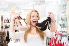 Συγκινημένος πελάτης στο κατάστημα μόδας στοκ φωτογραφίες