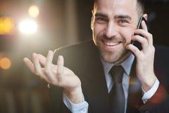 Συγκινημένος σύγχρονος επιχειρηματίας που μιλά από Smartphone Στοκ φωτογραφία με δικαίωμα ελεύθερης χρήσης