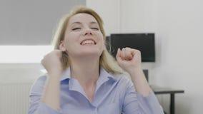Συγκινημένος όμορφος θηλυκός επιχειρηματίας που αυξάνει τα όπλα ευτυχή και βέβαια για το επίτευγμά της επιτυχίας και επιχειρήσεων φιλμ μικρού μήκους