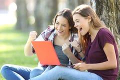 Συγκινημένος teens λαμβάνοντας τις καλές ειδήσεις σε απευθείας σύνδεση στοκ εικόνες με δικαίωμα ελεύθερης χρήσης