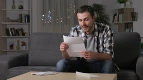 Συγκινημένο άτομο που διαβάζει τις καλές ειδήσεις στην επιστολή απόθεμα βίντεο
