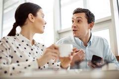 Συγκινημένο άτομο που μιλά στο συνάδελφό του στοκ εικόνες