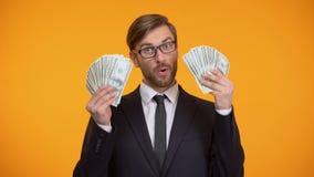 Συγκινημένο άτομο που παρουσιάζει δέσμη των δολαρίων, επιτυχές πρόγραμμα επένδυσης, χρήματα απόθεμα βίντεο