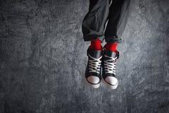 Συγκινημένο άτομο στο άλμα πάνινων παπουτσιών Στοκ φωτογραφία με δικαίωμα ελεύθερης χρήσης