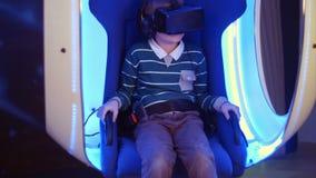 Συγκινημένο αγόρι που απολαμβάνει την έλξη εικονικής πραγματικότητας απόθεμα βίντεο