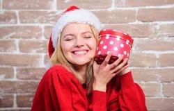 Συγκινημένο γυναίκα δώρο ανοίγματος από Άγιο Βασίλη Ενθουσιασμός Παραμονής Χριστουγέννων Χριστούγεννα κιβωτίων αν&omic Συναισθημα στοκ εικόνες