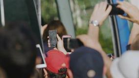 Συγκινημένο είδωλο μαγνητοσκόπησης πλήθους στις κινητές τηλεφωνικές κάμερες, θαυμάζοντας αστέρας της ποπ ακροατηρίων απόθεμα βίντεο
