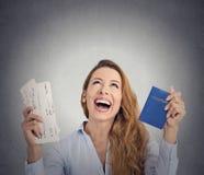 Συγκινημένο εισιτήριο πτήσης διαβατηρίων εκμετάλλευσης γυναικών τουριστών Στοκ φωτογραφία με δικαίωμα ελεύθερης χρήσης